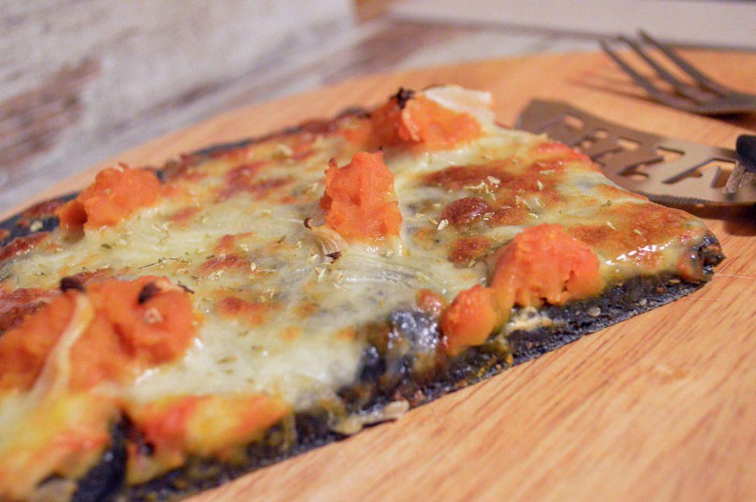 Pizza con carbone vegetale