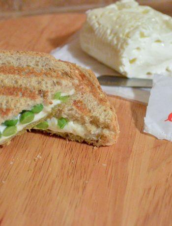 Toast vegetariano con piselli e formaggio