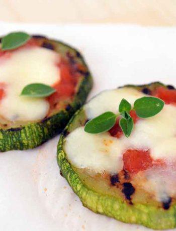 pizzette di zucchine, foto orizzontale con origano